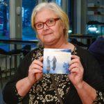 Anneli Wikström bor i Tallnäs och blev berörd av tonerna som strömmade ut ur musiken så hon köpte tvillingarnas CD. – Fantastiskt bra! Dom spelar så man smälter in i deras musik. Det måste jag nog säga att det kom en och annan tår i ögonvrån, både av glädje och djupare känslor. En vacker musikalisk upplevelse.