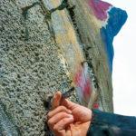 Några skruvar sattes fast förra året på ett testområde i betongen där prover har tagits. Färgfälten ska markeras med runt 3000 betongskruvar. Då allt är målat ska skruvarna tas bort. För att skydda skruvskallarna har de lindats in i silvertejp som måste pillras bort.