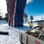 Stefan Lindberg anländer med  ställningsmaterial. Snart är hela skulpturen inklädd i väder- och tyvärr också insynsskyddande material.