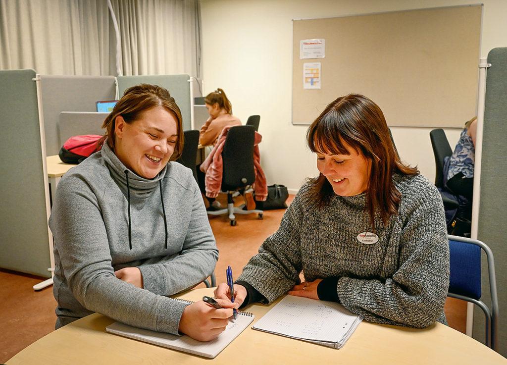 Josefine Hammarberg bollar studieteknik med pedagogen Eva Beidron på Timrå Lärcentrum.