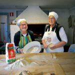 Märta och Gunbritt har stor erfarenhet och kunnande, bland annat i konsten att skapa världens godaste tunnbröd.