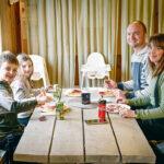 Efter avslutad snöglädje gick barnen Adrian och Emilia Coomber in på Café Gynnars för att njuta av våfflor och korv med bröd. Föräldrarna Anders och Camilla likaså!