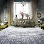 I sovrummet återfinns många av hennes alster. Återbruksvaser och drömfångare i milda färgskalor.