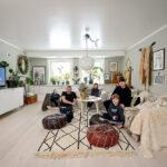 Linda Thorén (44 år) och Lars Jonsson (46 år) med barnen Wilma (10 år) och Max (7 år) i vardagsrummet.