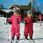 En del barn valde skidspåren istället för pulkåkande. Vera Wåger är fyra år och lillasyster Clara är tre. De har valt framtidens spår kanske man kan säga. Det var förresten den andra gången någonsin som de stod på skidor.