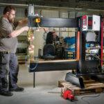 """Emil Marklund lägger den sista handen på en robot som ska """"sy ihop"""" rostfritt stål som så småningom ska bli diskbänkar."""
