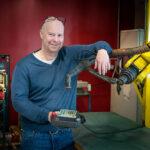 Patrik Strömberg vid en svets- och skärrobot som används för test, demo och utveckling.