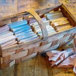 I korgen ligger skönt färgade servetter i härligt pastelliga färger.