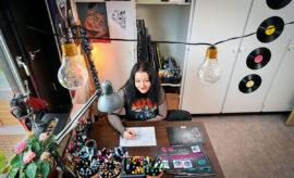 Isabelle Juhlin förenar nytta och nöje. I målarböckerna hittas även influenser från hennes eget liv.