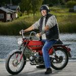 Leif Magnusson. Ålder 64 år, kör i dag en Kreidler årsmodell 77 men har ytterligare fem mopeder i varierande skick.