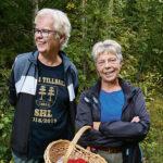 """Då brevbärare, nu svampplockare. Ulla Åsen och Pia Åslund gillar höstens """"blommor"""" som de gärna lär sig mer om."""